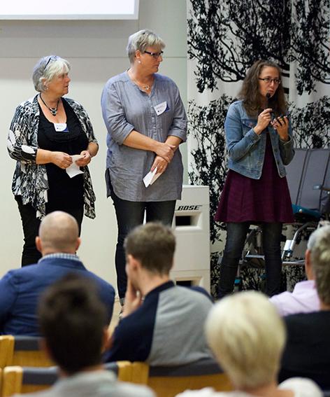 Bild på talare på podiet som håller i en föreläsning om Aktivering