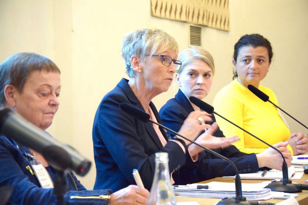 Bild på panelen som deltog under seminariet. Deltagarna sitter på rad framför mikrofoner och pratar.